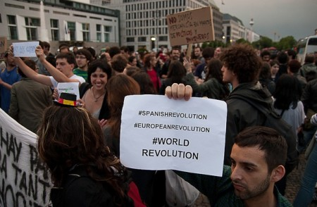 #acampadaberlin. Manifestación en la Puerta de Brandenburgo en solidaridad con las protestas en España contra el sistema político y la mal llamada democracia.